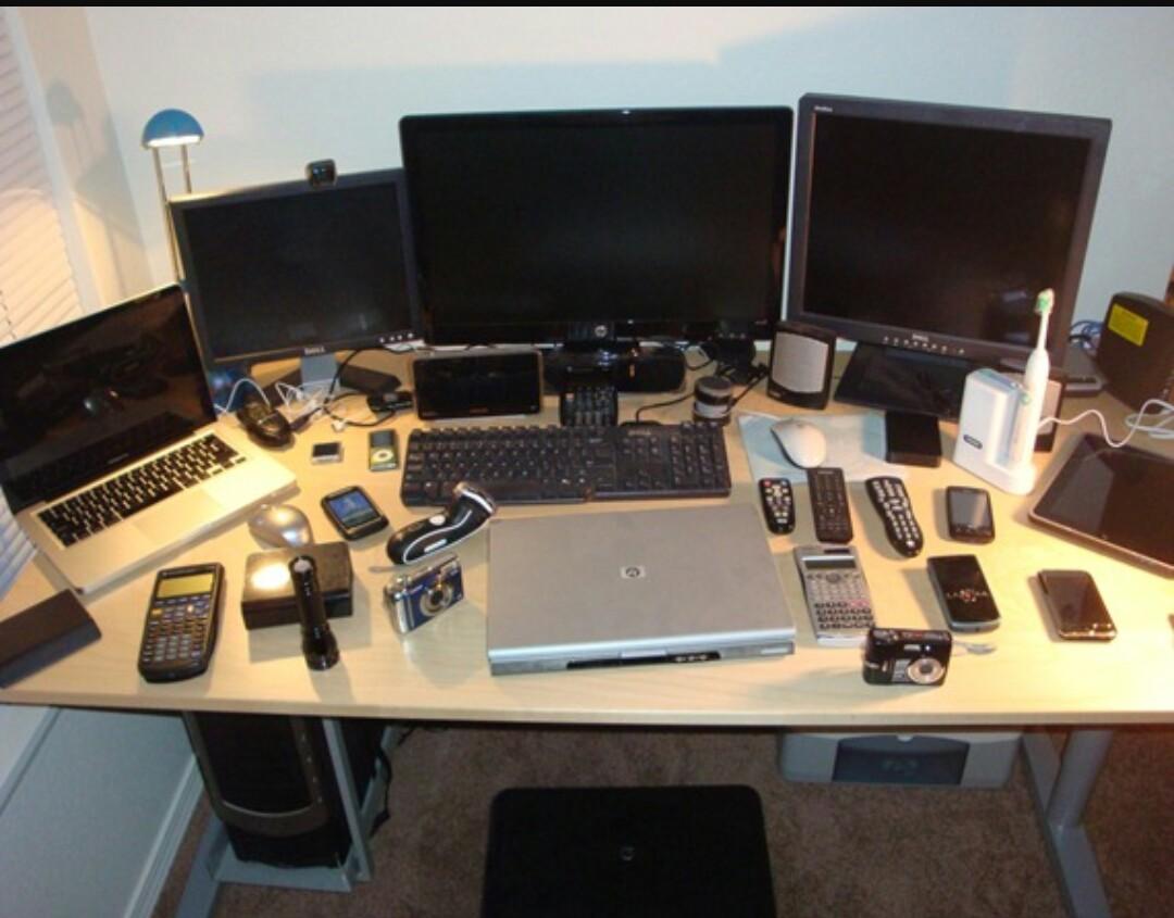 Да разчистим бюрото с монитор на стената!